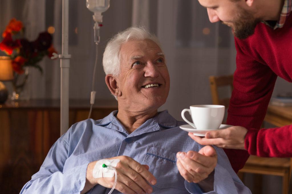 Wer anderen Menschen hilft, tut sich damit selbst etwas Gutes. Die Hilfe hat positive Auswirkungen auf unsere psychische Gesundheit. (Bild: Photographee.eu/fotolia.com)