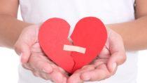 Das Broken-Heart-Syndrom kann sowohl durch stark traurige, als auch durch glückliche Momente ausgelöst werden und ist nicht selten mit erheblichen körperlichen Beschwerden verbunden. (Bild: Di Studio/fotolia.com)