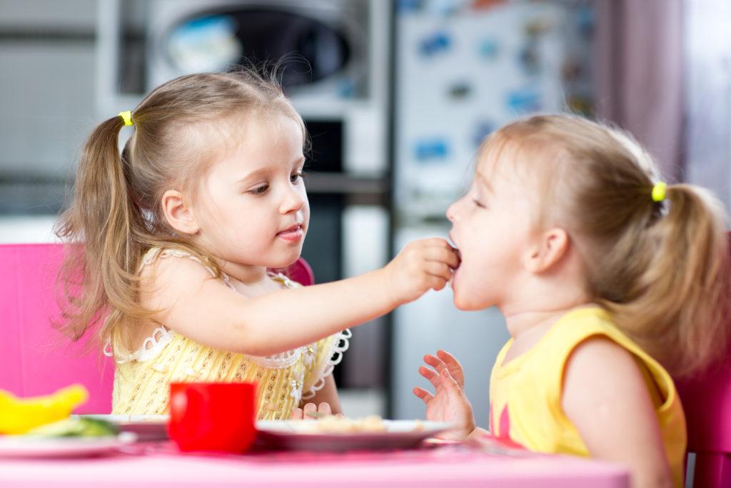 Kinder teilen vor allem zur Festigung sozialer Beziehungen und nicht aus moralischen Gründen. (Bild: Oksana Kuzmina/fotolia.com)