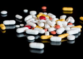 Nehmen Patienten mehrere Medikamente gleichzeitig ein, sollten sie dringend den Überblick über die eingenommen Präparate behalten und mögliche Wechselwirkungen beachten. (BIld: Andreas Schindl/fotolia.com)