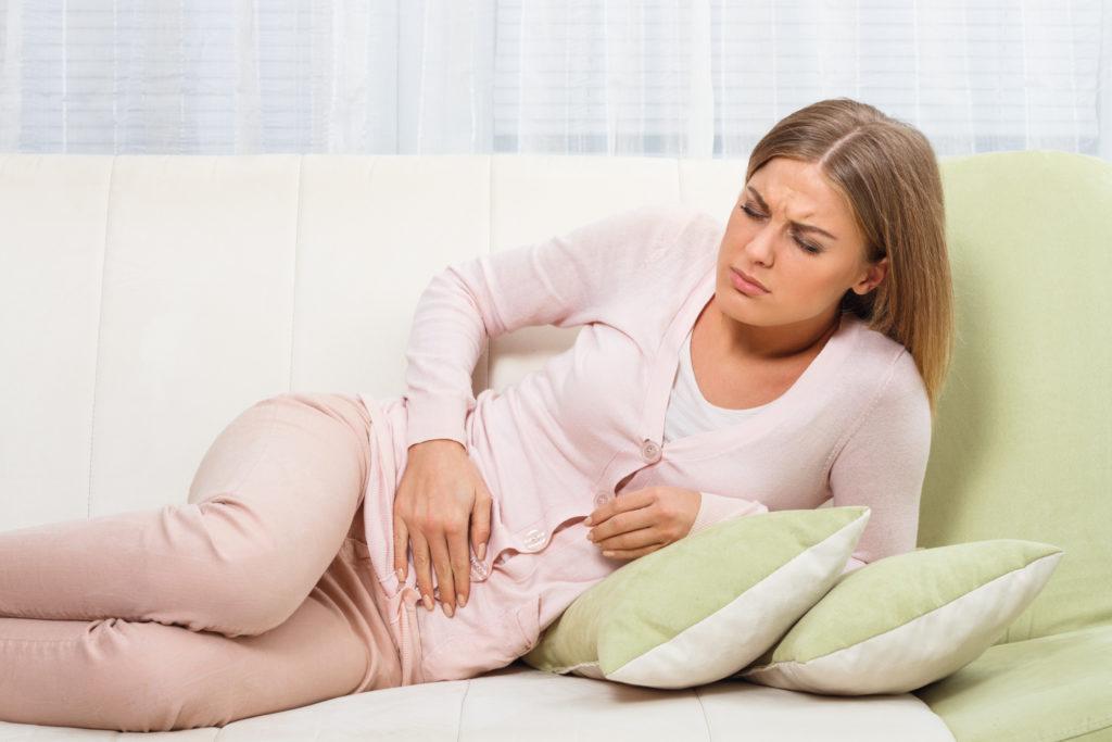 Belastende Menstruationsbeschwerden und Schmerzen im Beckenbereich können Anzeichen für eine sogenannte Endometriose sein. Solch eine Erkrankung kann bei Frauen zu schweren Herzerkrankungen führen. (Bild: inesbazdar/fotolia.com)