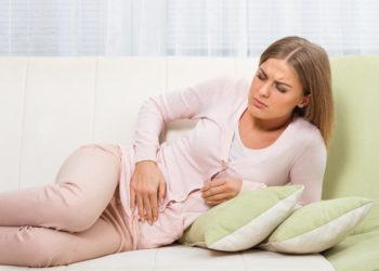 Die Endometriose ist vor allem durch heftige Regelschmerzen gekennzeichnet. Meist müssen betroffene Frauen operiert werden. (Bild: inesbazdar/fotolia.com)