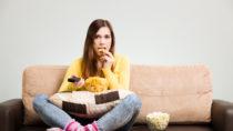 Wenn wir bei der Nahrungsaufnahme in einer stillen Umgebung sind und unsere Kau-Geräusche hören können, essen wir weniger. Wissenschaftler bezeichenen dies als den Chrunch-Effekt. (Bild: gkrphoto/fotolia.com)
