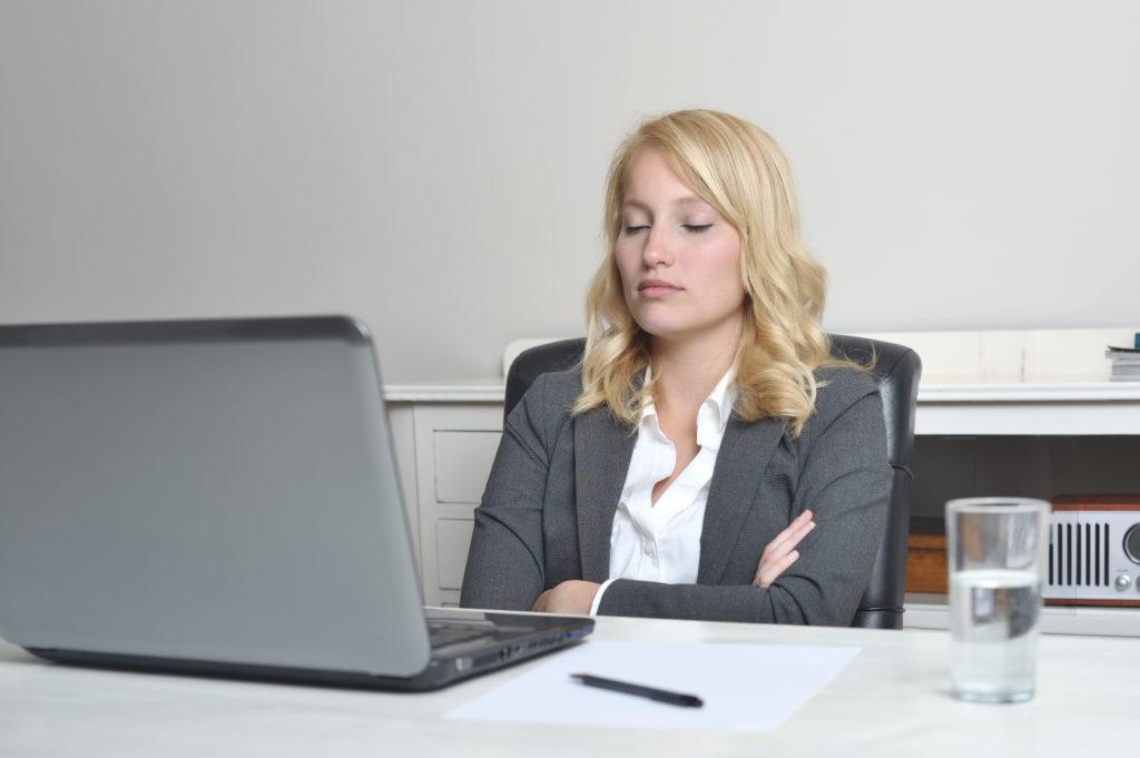 Auch in sitzender Position kann ein kurzes Nickerchen im Büro gehalten werden, das neue Energie für den restlichen Tag spendet. (Bild: peterruter/fotolia.com)