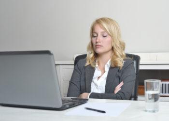 Digitaler Stress führt bei vielen Erwerbstätigen zu gesundheitlichen Beschwerden wie Rückenschmerzen, Kopfschmerzen und allgemeiner Müdigkeit.(Bild: peterruter/fotolia.com)