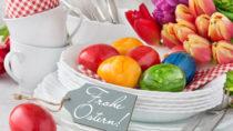 Zum Osterfest kommen meist bunt gefärbte Ostereier auf den Tisch. Experten geben Tipps zum richtigen lagern und färben. (Bild: Pixelot/fotolia.com)