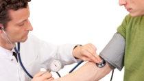Die Deutschen gehen zu oft zum Arzt. Die Kassenärzte wollen die Besuche in Zukunft besser steuern. Krankenkassen stehen den Plänen skeptisch gegenüber. (Bild: eyetronic/fotolia.com)
