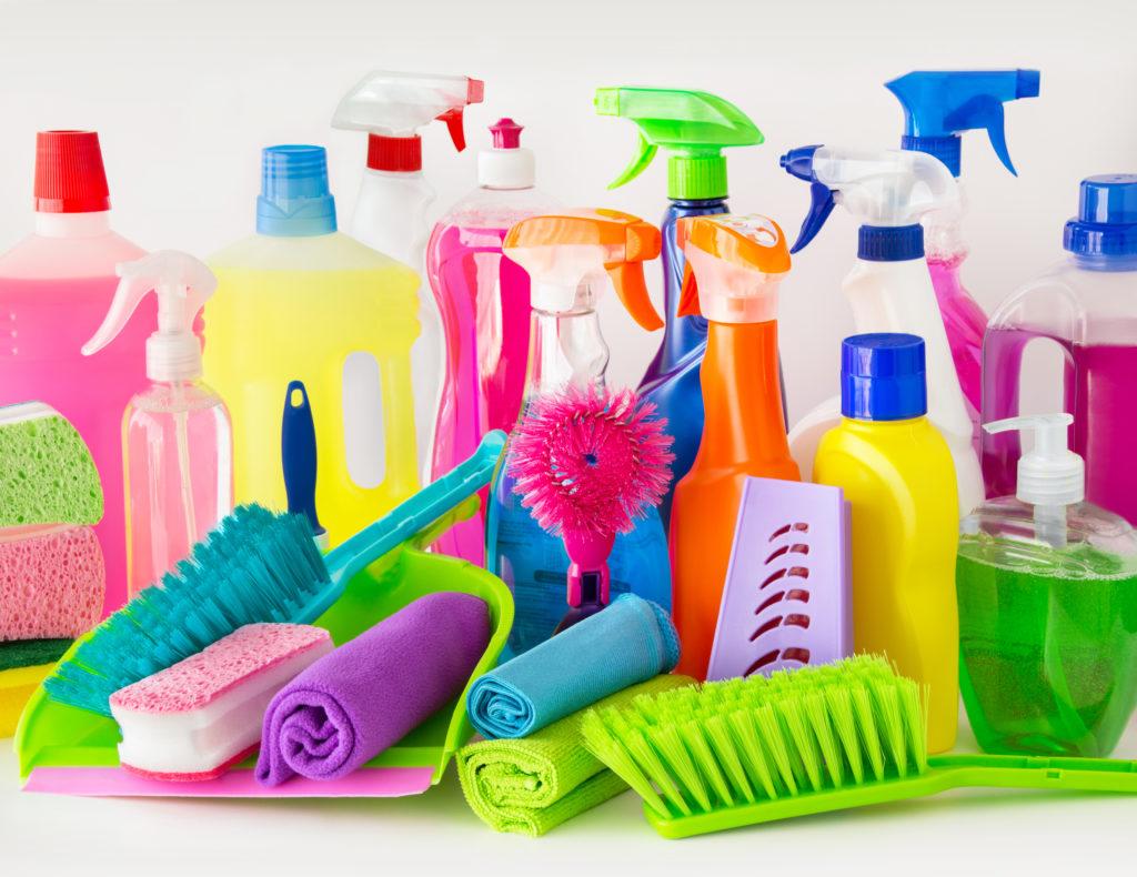 Als Reiniger im Haushalt reichen drei verschiedene Putzmittel aus. (Bild: PhotoSG/fotolia.com)