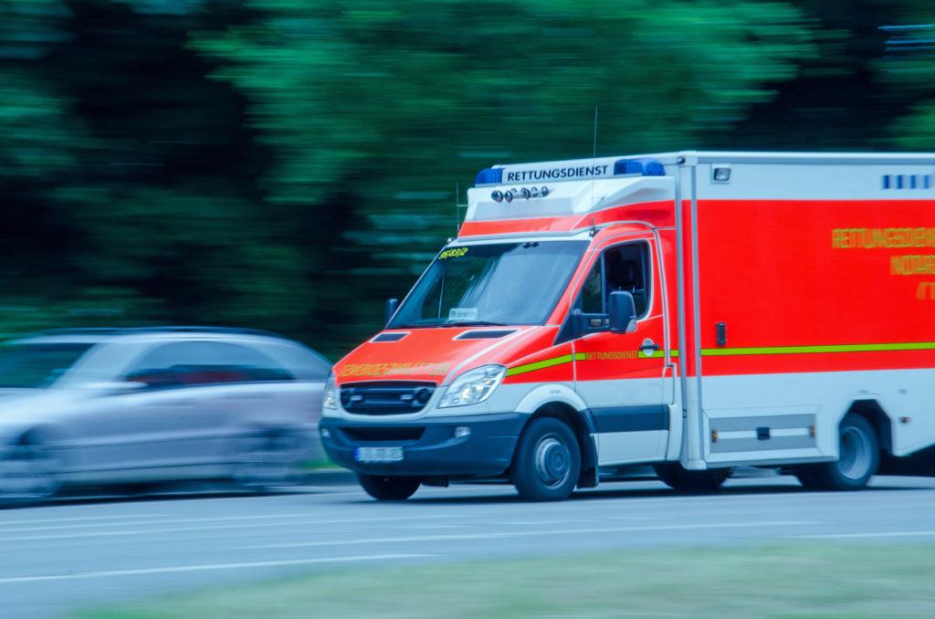 Die Rettungskräfte treffen bei medizinischen Notfällen oftmals ers verspätet ein. (Bild: k_rahn/fotolia.com)