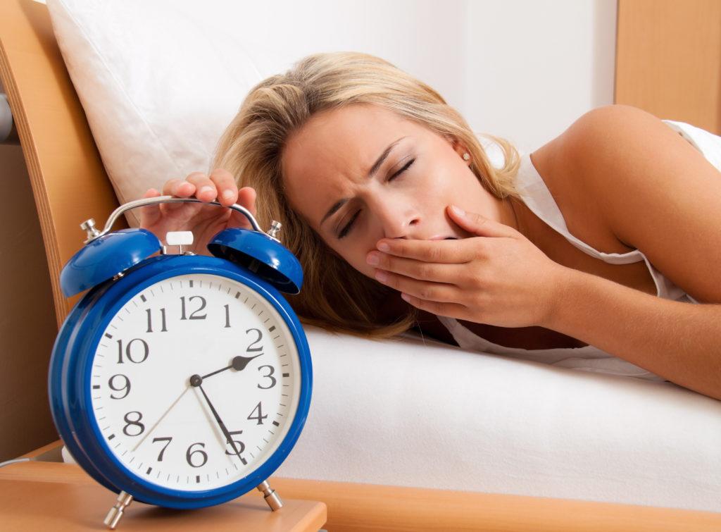 Wer regelmäßig nachts wach wird und unter Schlafproblemen leidet, dem kann das Führen eines Schlafprotokolls bei der Ermittlung der Ursachen helfen. (Bild: Gina Sanders/fotolia.com)
