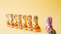 Die Verbraucherorganisation foodwatch hat in fast jedem zweiten getesteten Schoko-Osterhasen Mineralölrückstände gefunden. Die Stoffe gelten als krebserregend und erbgutverändernd. (Bild: KENCKOphotography/fotolia.com)