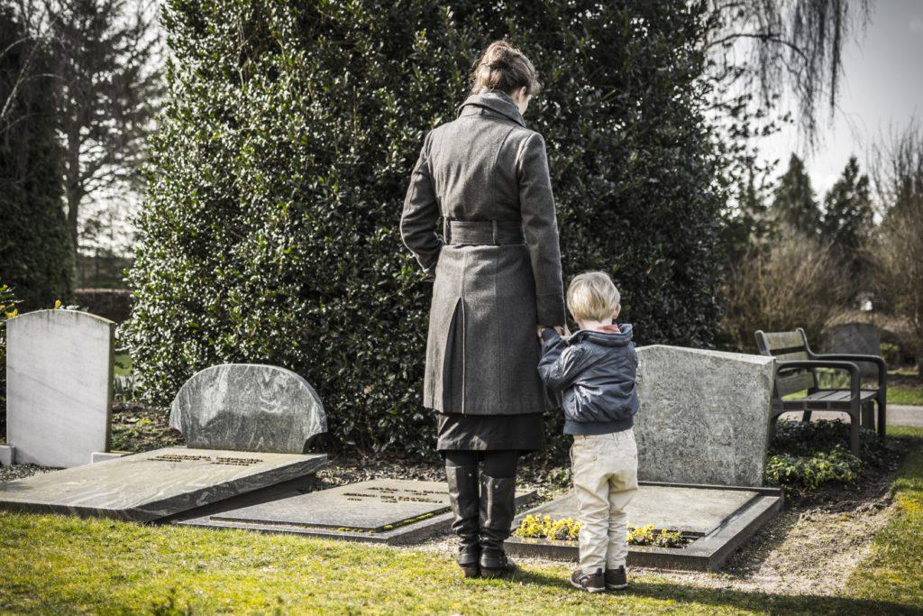 Der Verlust eines nahen Angehörigen ist für jeden Menschen ein schwerer Schlag. Wenn Trauer aber zu lange dauert, sollten sich Betroffene professionelle Hilfe holen. (Bild: bramgino/fotolia.com)