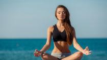 Einmal Yoga in der Woche kann helfen, die Lebensqualität von Menschen mit plötzlichen Herzrhythmusstörungen erheblich zu verbessern. (Bild:GTeam/Fotolia.com)