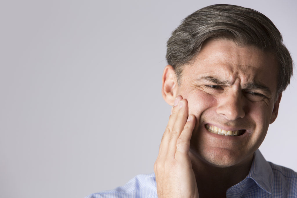 Zahnschmerzen sollten keinesfalls ignoriert werden, da sie zum Beispiel im Zusammenhang mit einer Wurzelentzündung stehen können. (Bild: Daisy Daisy/fotolia.com)