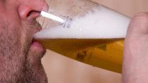 Mindestens zwei alkoholfreie Tage die Woche sollten alle Menschen einhalten, um der Entwicklung einer Alkoholsucht vorzubeugen. (Bild: Yvonne Weis/fotolia.com)
