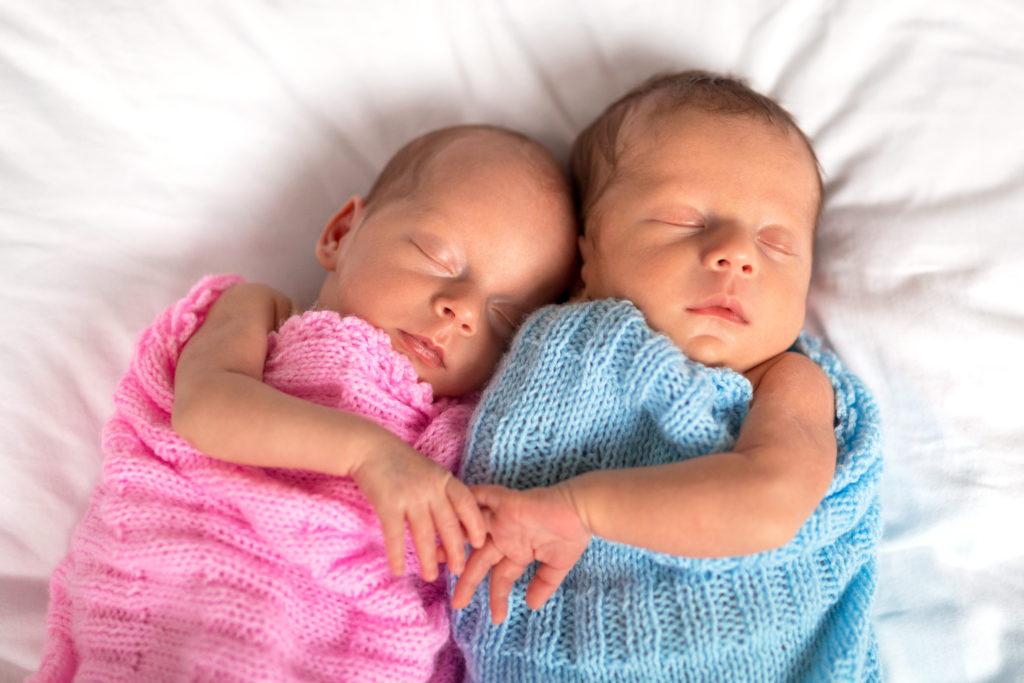 Zwillinge von zwei verschiedenen Vätern. Bild: Patryk Kosmider - fotolia