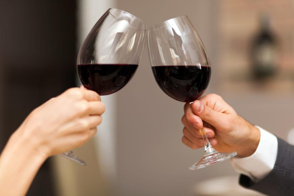 In einem Foto-Projekt wird deutlich, wie sich die Gesichtszüge durch Alkoholkonsum verändern. (Bild: Minerva Studio/fotolia.com)