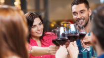Gegen ein Gläschen Wein am Abend ist nichts einzuwenden. Doch oft gehört Alkoholkonsum zum Alltag. Wer es keine zwei Tage ohne Drink aushält, sollte dies als Warnzeichen sehen. (Bild: Syda Productions/fotolia.com)