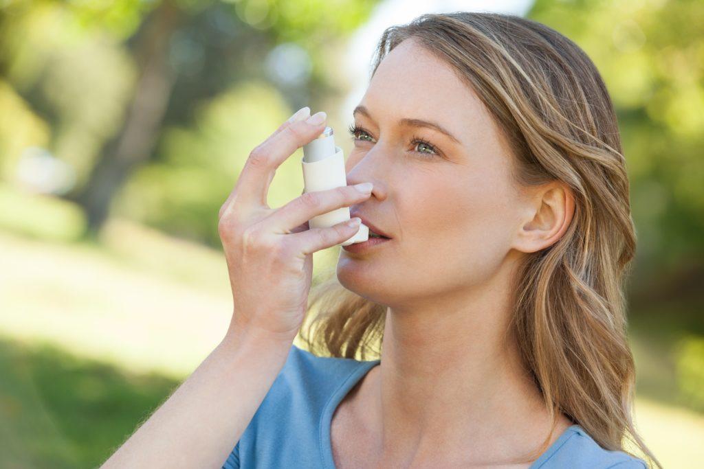Wissenschaftler fanden heraus, dass Yoga Asthmatikern helfen könnte, ihre Lebensqualität zu verbessern. Durch Yoga-Übungen können Betroffene die Symptome der Erkrankung lindern. (Bild: WavebreakmediaMicro/fotolia.com)