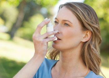 Wissenschaftler fanden heraus, dass Yoga Asthmatikern helfen könnte ihre Lebensqualität zu verbessern. Durch Yoga-Übungen können Betroffene die Symptome der Erkrankung lindern. (Bild: WavebreakmediaMicro/fotolia.com)