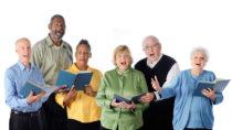Das Singen in einem Chor kann Menschen helfen, ihr Immunsystem zu stärken und reduziert zusätzlich noch den Stress. Diese Auswirkungen könnten Patienten mit Krebs helfen, ihre Erkrankung besser zu bekämpfen. (Bild: Glenda Powers/fotolia.com)