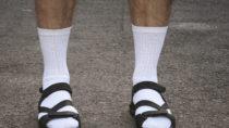 Diabetiker sollten ganz besonders auf ihre Füße achten. Aufgrund von Durchblutungsstörungen und Nervenschäden nehmen sie Verletzungen oft nicht wahr. Sandalen sind für sie daher nicht geeignet. (Bild: Mykola Komarovskyy/fotolia.com)