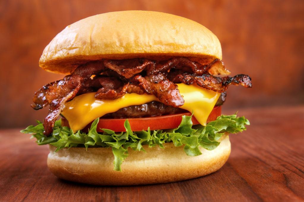 Fast-Food enthält oft Industriechemikalien, die aus der Produktion oder Verpackung auf unser Essen übergegangen sind. (Bild: arska n/fotolia.com)