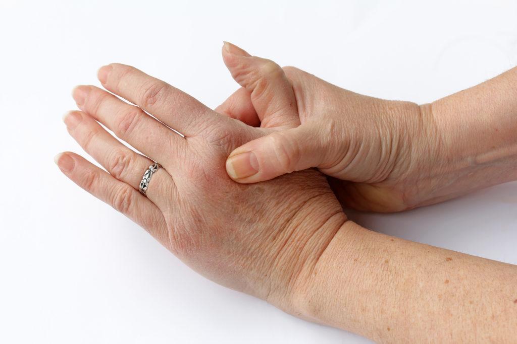 Im Volksmund heißt es, dass Fingerknacken Arthrose verursachen kann. Eine Expertin erläutert, ob das stimmt. (Bild: Astrid Gast/fotolia.com)