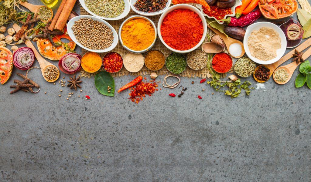 In gemahlenen, indischen Gewürzen wurden Salmonellen entdeckt. Vor einem Verzehr der in Asia-Shops erhältlichen Produkte wird dringend gewarnt. (Bild: jk1991/fotolia.com)