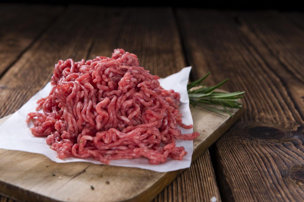 Vor allem bei Wärme vermehren sich Bakterien im Hackfleisch sehr schnell. (Bild: Andrey Starostin/fotolia.com)
