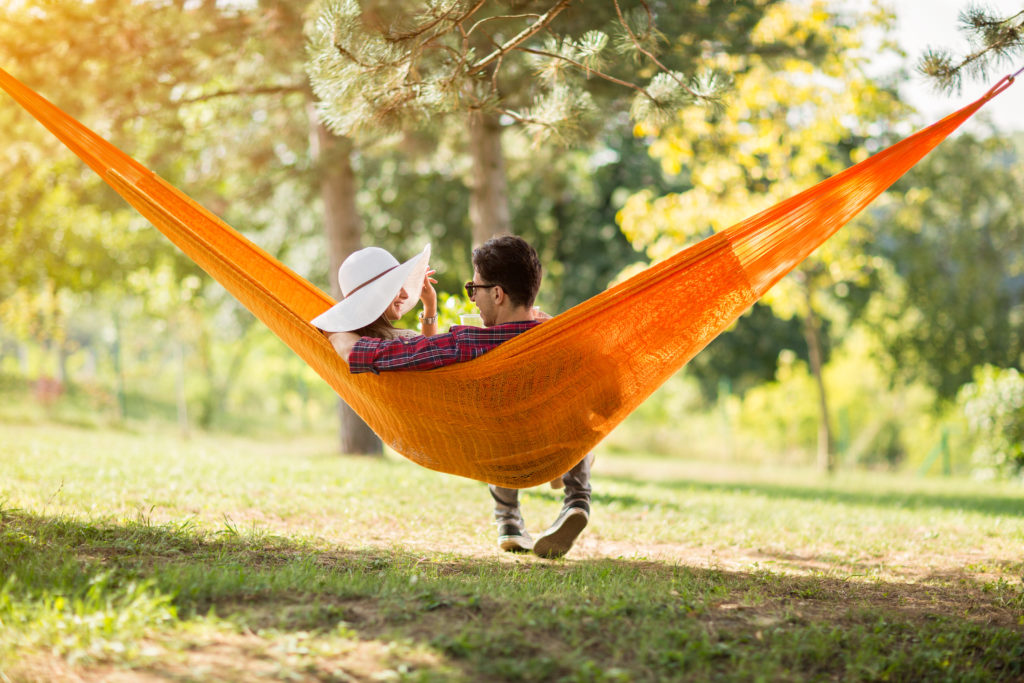 Wissenschaftler fanden heraus, dass ein Wohnort im Grünen mit vielen Bäumen und Büschen unsere psychische Gesundheit verbessert und die Lebenserwartung steigert. (Bild: Igor Mojzes/fotolia.com)