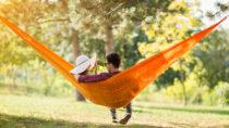 Wissenschaftler fanden heraus, dass ein Wohnort im Grünen, mit vielen Bäumen und Büschen, unsere psychische Gesundheit verbessert und die Lebenserwartung steigert. (Bild: K.-U. Häßler/fotolia.com)