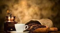 Lange Zeit wurde angenommen, dass ein hoher täglicher Kaffeekonsum schlecht für unsere Gesundheit ist. Jetzt erklärten aber Experten, dass gesunde Menschen täglich ruhig vier bis fünf Tassen Espresso zu sich nehmen können. (Bild: Antonio Gravante/fotolia.com)