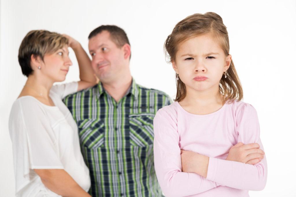 Forscher fanden heraus, dass Prügel bei der Kindererziehung negative Folgen haben. Durch solche Maßnahmen werden die Mannieren der Kinder nicht verbessert. Sie führen eher zu Trotz, Aggressionen, psychischen und kognitiven Schwierigkeiten. (Bild: Kitty/fotolia.com)