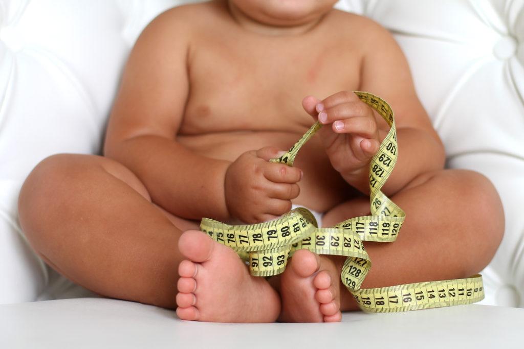 Viele Kleinkinder konsumieren jeden Tag zu viele Kalorien und Proteine. Oft füttern Mütter ihre Kinder zu gr0ßen Mengen Milch. Solche Kinder haben eeine erhöhte Wahrscheinlichkeit, Übergewicht oder Fettleibigkeit zu entwickeln (Bild: dementevajulia/fotolia.com)