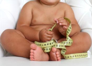 Viele Kleinkinder konsumieren jeden Tag zu viele Kalorien und Proteine. Oft füttern Mütter ihre Kinder zu gr0ßen Mengen Milch. Solche Kinder haben eeine erhöhte Wahrscheinlichkeit Übergewicht oder Fettleibigkeit zu entwickeln (Bild: dementevajulia/fotolia.com)