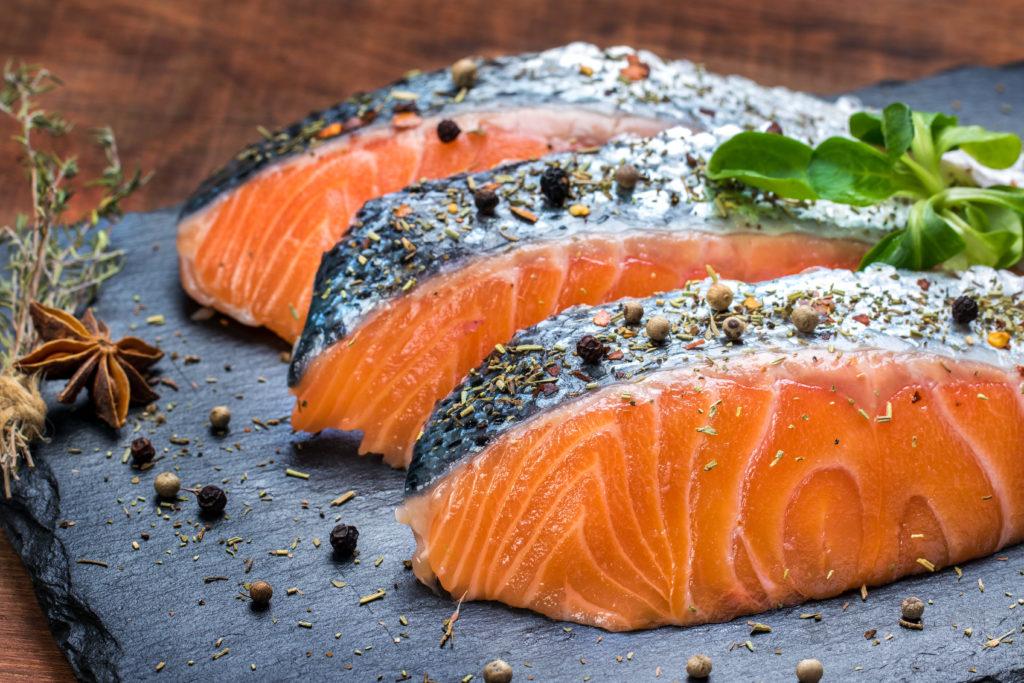 Werdende Mütter sollten zweimal in der Woche Lachs essen, um die Wahrscheinlichkeit zu reduzieren, dass ihr ungeborenes Kind im späteren Leben Asthma entwickelt. (Bild: karelnoppe/fotolia.com)