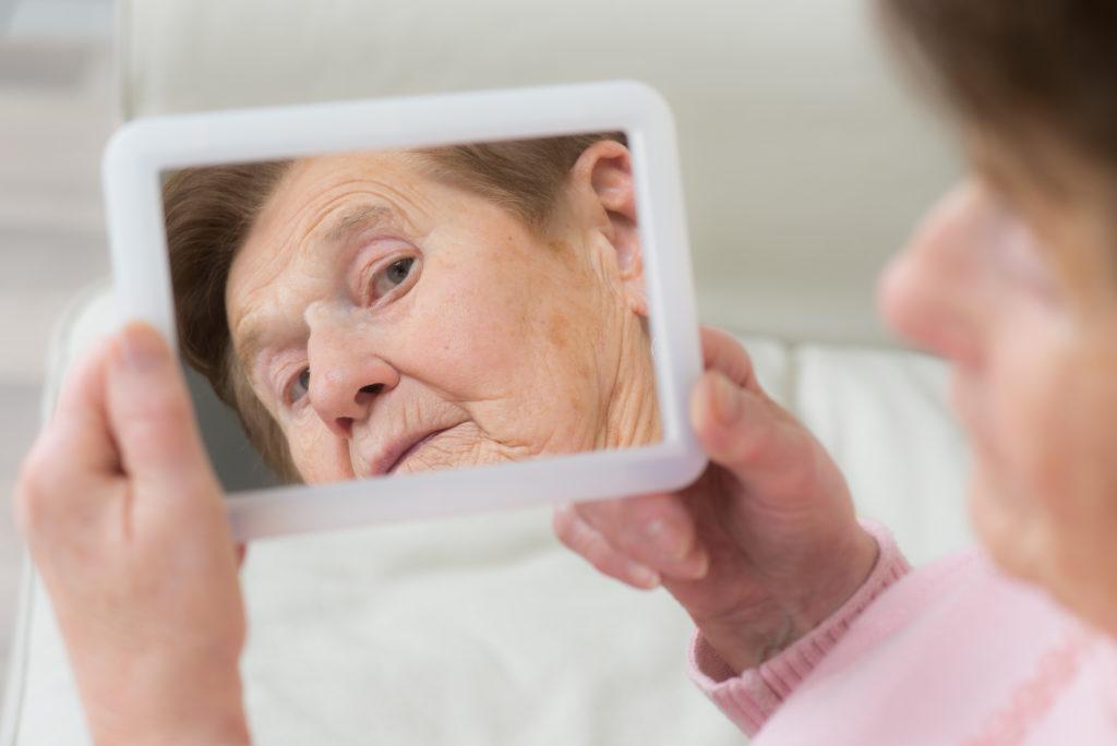 Wissenschaftler fanden heraus, dass eine bestimmte Genvariante bewirkt, dass wir für andere Menschen älter aussehen, als wir wirklich sind. (Bild: Picture-Factory/fotolia.com)