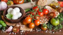 Eine mediterrane Ernährung kann Menschen mit Herzerkrankungen vor Herzinfarkten und Schlaganfällen schützen. Also sollten Betroffene mehr Fisch, Obst und Gemüse essen, um ihre Gesundheit zu verbessern. (Bild: katrinshine/fotolia.com)