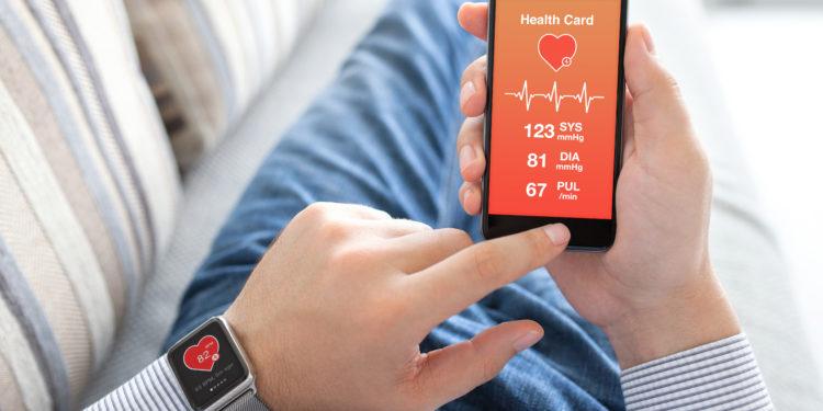 Mann nutzt Smartphone mit Gesundheits-App