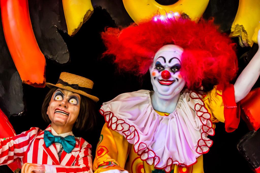 Clowns, Bestatter oder Menschen, deren Gestik und Mimik von der Norm abweichen, wirken auf andere Menschen oft unheimlich. (Bild: moccabunny/fotolia.com)