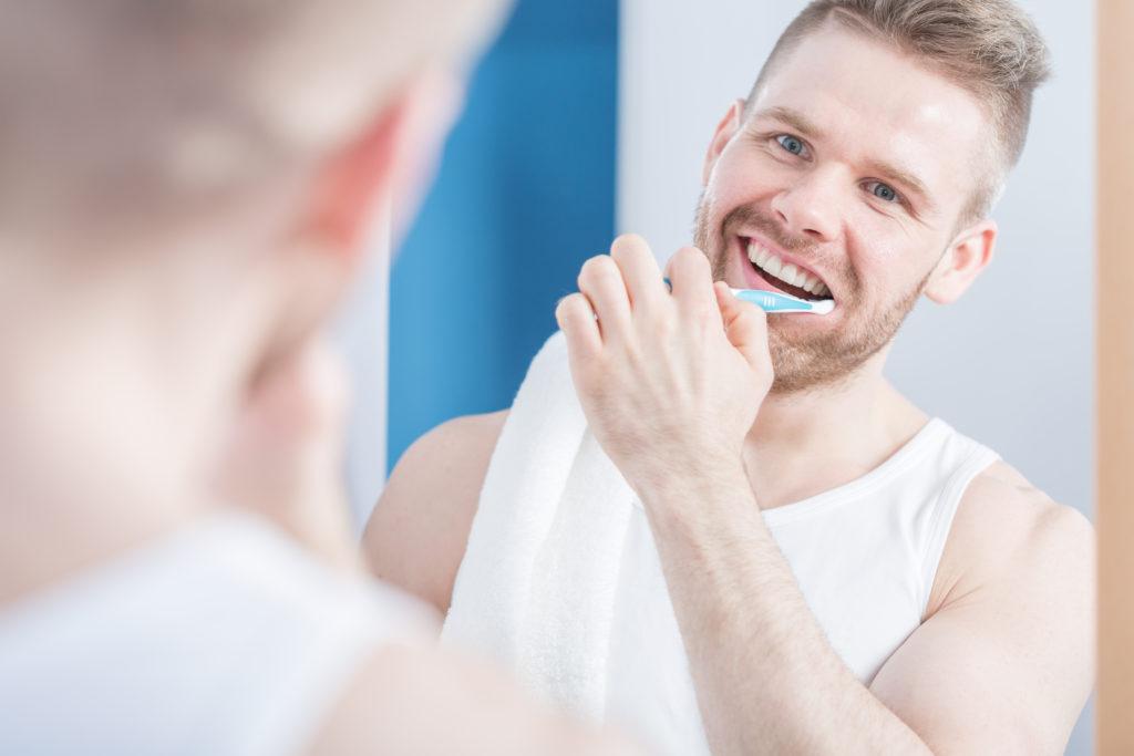 Männer sollten ganz besonders auf eine gute Mundhygiene achten. Wie Forscher aus Taiwan herausgefunden haben, leiden viele Männer die Erektionsprobleme haben, auch an Parodontitis. (Bild: Photographee.eu/fotolia.com)