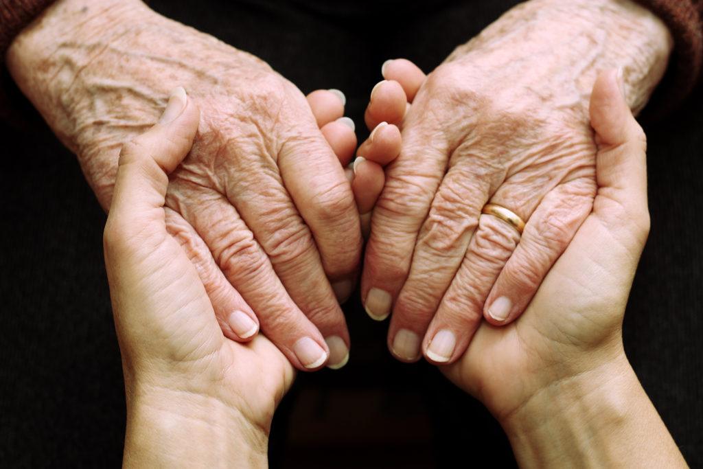 Medienberichten zufolge findet im Pflegebereich ein massiver Sozialbetrug statt. Die Rede ist von einer Milliarde Euro pro Jahr. (Bild: mickyso/fotolia.com)