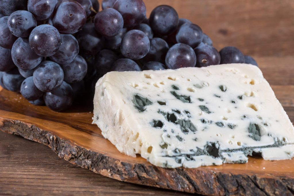 """Für seinen """"Grand Maitre Roquefort"""" hat der Hersteller Vernières Frères eine Rückrufaktion gestartet, nachdem E. coli Bakterien in dem Käse gefunden wurden. (Bild: thodonal/fotolia.com)"""