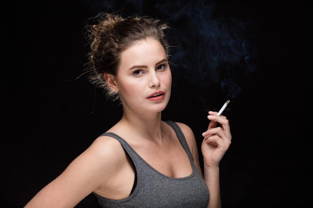 """Rauchen hat einen signifikanten Einfluss auf die durchschnittliche Lebenserwartung der Gesamtbevölkerung. Forscher sprechen von einer """"fatalen Negativseite der Emanzipation"""". (Bild: All king of people/fotolia.com)"""