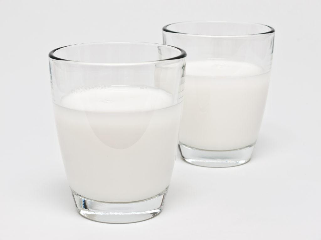 Rohmilch kann gesundheitliche Vorteile bieten, doch rät das BfR diese vor dem Verzehr abzukochen. (Bild: rdnzl/fotolia.com)