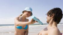 Hautärzte raten dazu, sich im Sommer gut einzucremen, um sich vor Sonnenbrand zu schützen. Doch in Sonnenmilch enthaltene Chemikalien können männliche Spermien stören. (Bild: tunedin/fotolia.com)