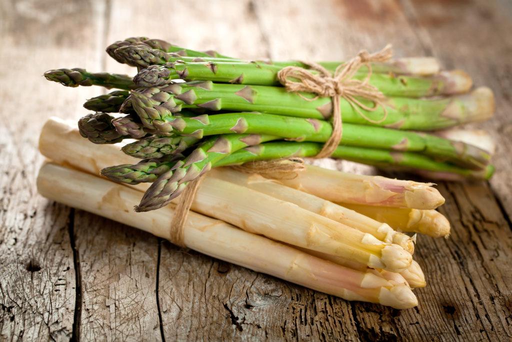 Endlich hat die Spargelsaison in Deutschland begonnen. Auch die Schalen und Reste des Gemüses lassen sich für leckere Speisen verwenden. (Bild: karepa/fotolia.com)