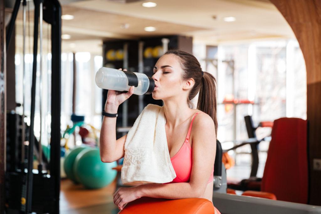 Wer sich beim Sport ordentlich auspowert, braucht eine Erfrischung. Auf zuckerhaltige Getränke sollte dabei besser verzichtet werden. (Bild: vadymvdrobot/fotolia.com)