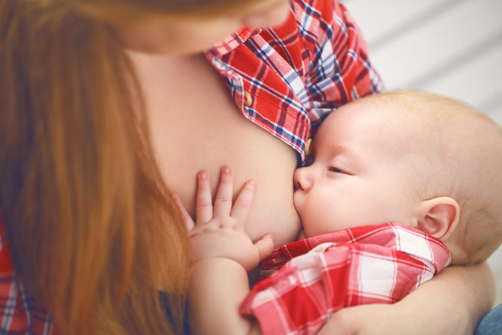 Studien zeigen, dass Muttermilch viele positive Effekte für das Kind hat. (Bild: JenkoAtaman/fotolia.com)